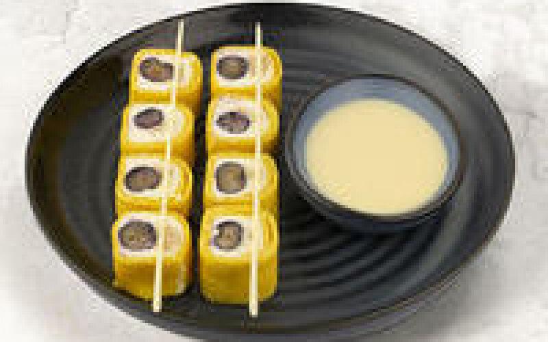 Манго-блинчик с кремом из сыра «Филадельфия», черникой и миндальным пралине
