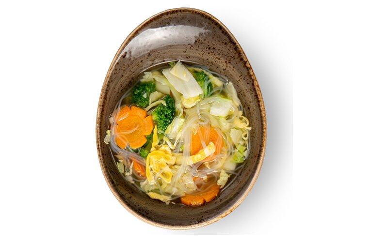 Куриный суп с рисовой лапшой, яйцом и грибами шиитаке