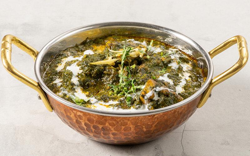 Домашний сыр со шпинатом и индийскими пряностями в соусе «Масала»