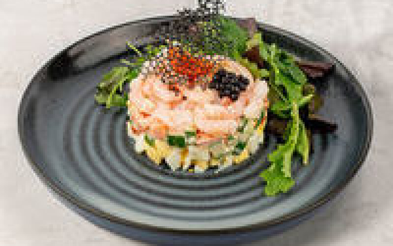 Салат с креветками, яйцом, овощами и легким чесночным соусом
