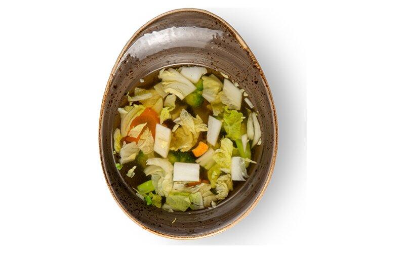 Светлый суп с овощами и грибами шиитаке