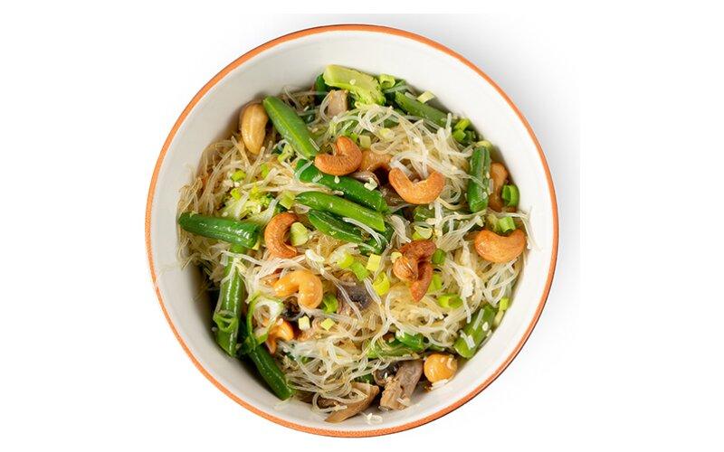 Рисовая лапша с овощами и индийскими орехами