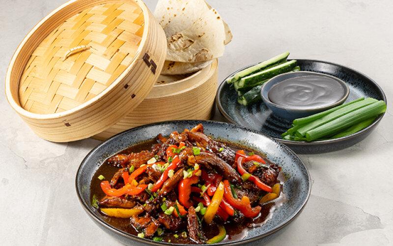 Утка «По-пекински» с китайскими блинчиками, огурцами, зеленым луком и соусом «Пекинским»