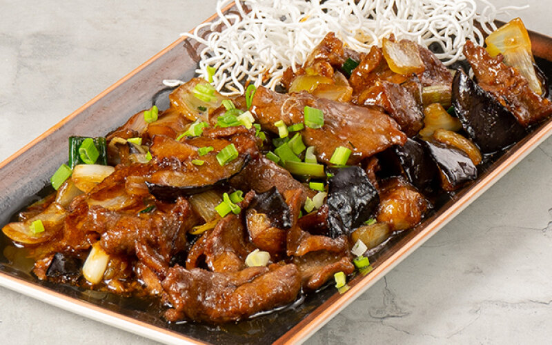 Кусочки филе говядины с баклажанами