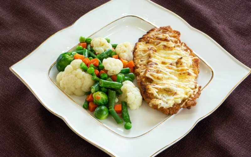 Курица, запечённая с ветчиной, с овощами жареными