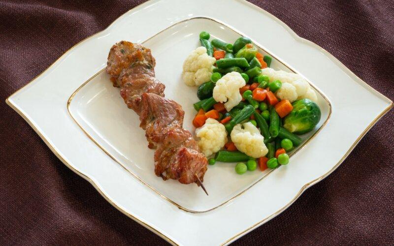 Шашлык из свинины с овощами жареными