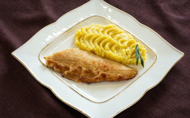 Рыба, жаренная с картофельным пюре