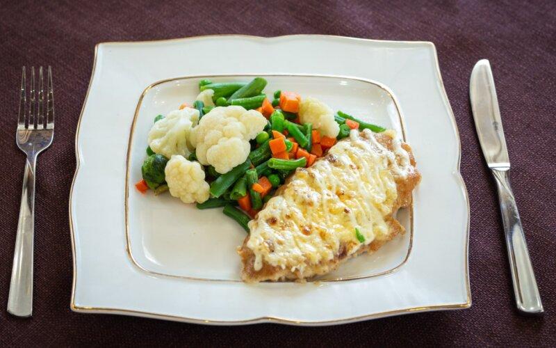 Свинина, запечённая с сыром и жареными овощами