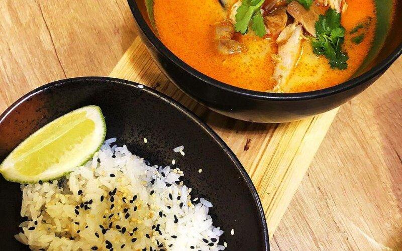 Суп «Том Ям» с морепродуктами и курицей