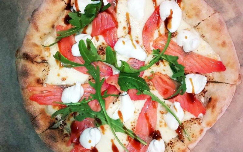 Пицца «Филадельфия» с лососем и сливочным сыром