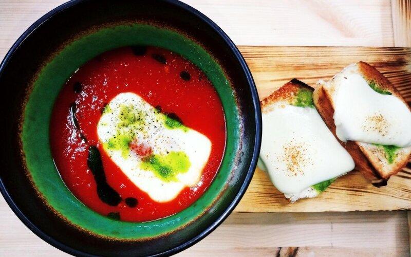 Суп томатный с сыром «Моцарелла» и запечённой чесночной булочкой