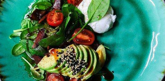 Салат с авокадо, беконом, помидорами и азиатской заправкой