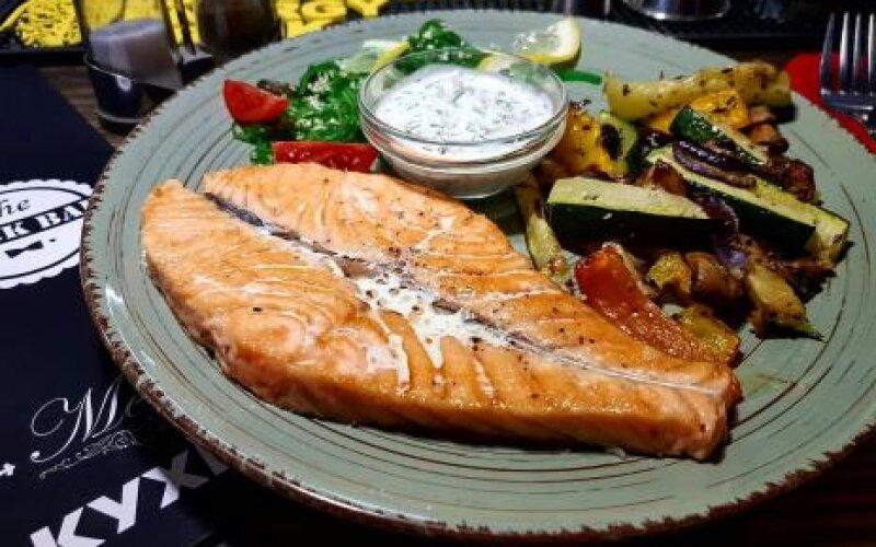 Стейк из лосося с рисом и овощами