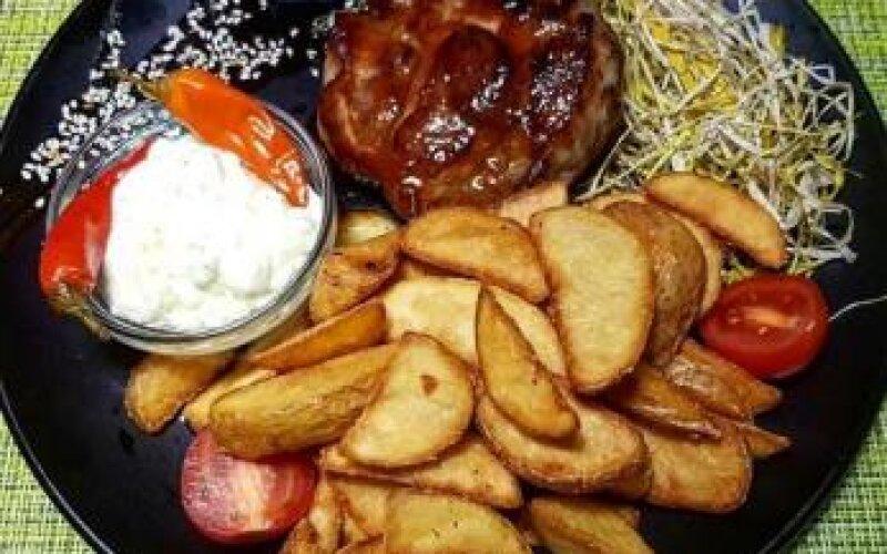 Стейк из свиной шеи с картофелем «По-деревенски»