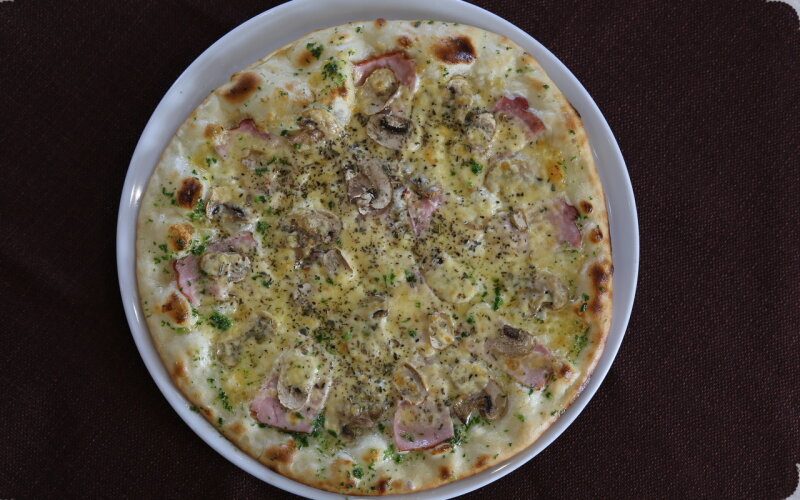 Пицца с маринованной курицей, копчёной грудинкой и сливочным соусом