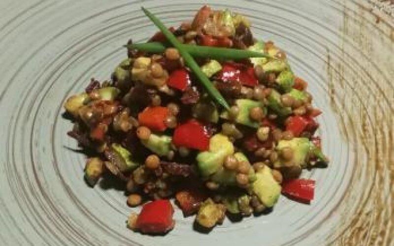 Салат из чечевицы с вялеными помидорами