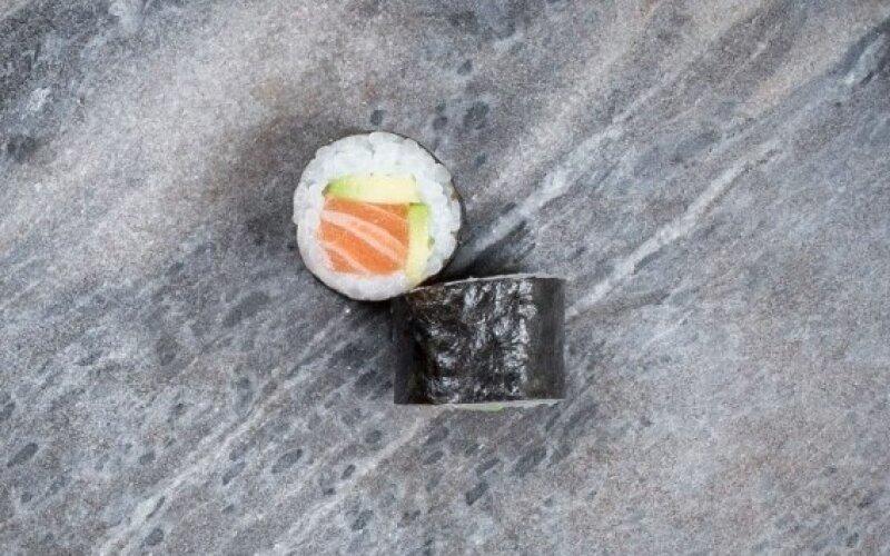 Мини-ролл с лососем и авокадо