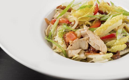 Салат с цыплёнком, вялеными помидорами и бальзамической заправкой