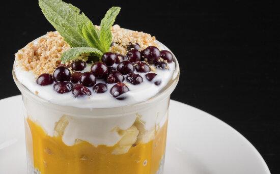 Легкий десерт с фруктами, семенами чиа, йогуртом и кунжутным печеньем