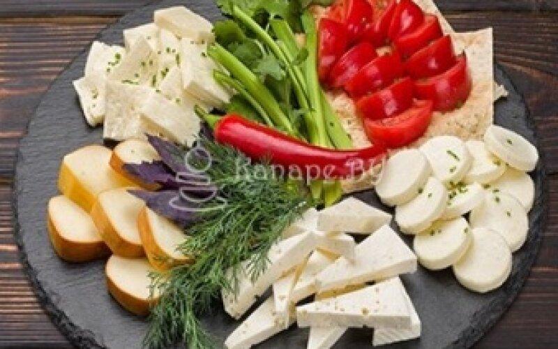 Ассорти из сыров и овощей