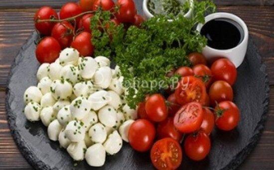 Сыр «Моцарелла» с помидорами черри и соусом «Песто»