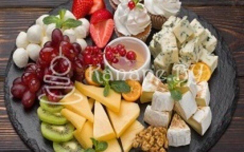 Сыры с фруктами и капкейками