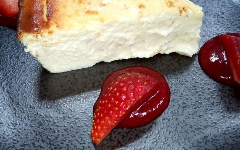 Чизкейк «Сан-Себастьян» с клубничным соусом