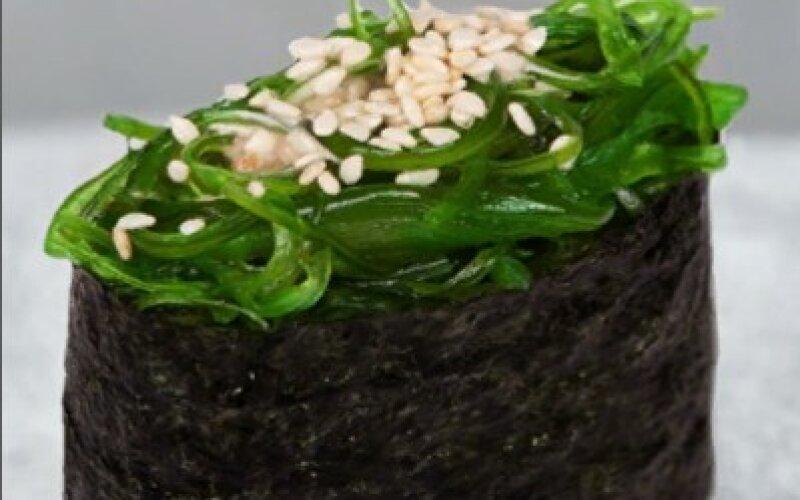 Гункан с чука-салатом