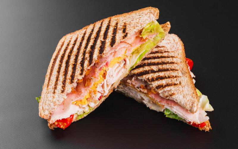 Сэндвич с цыплёнком, помидорами и карамелизированным луком