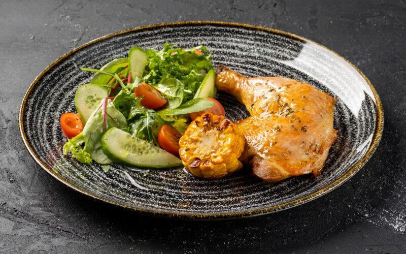 Куриный окорочок с салатом