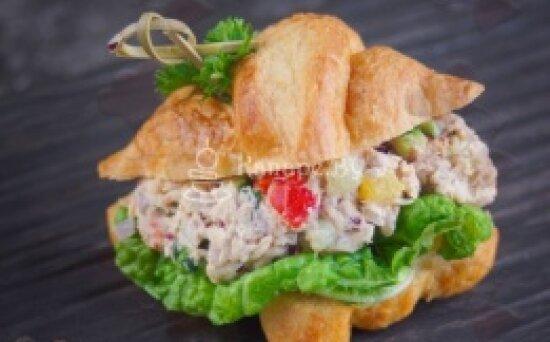 Сэндвич-круассан с тунцом