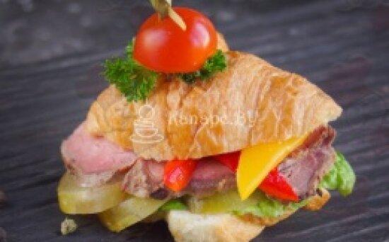 Сэндвич-Круассан с ростбифом