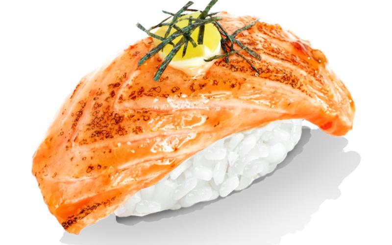 Нигири с лососем опалённым