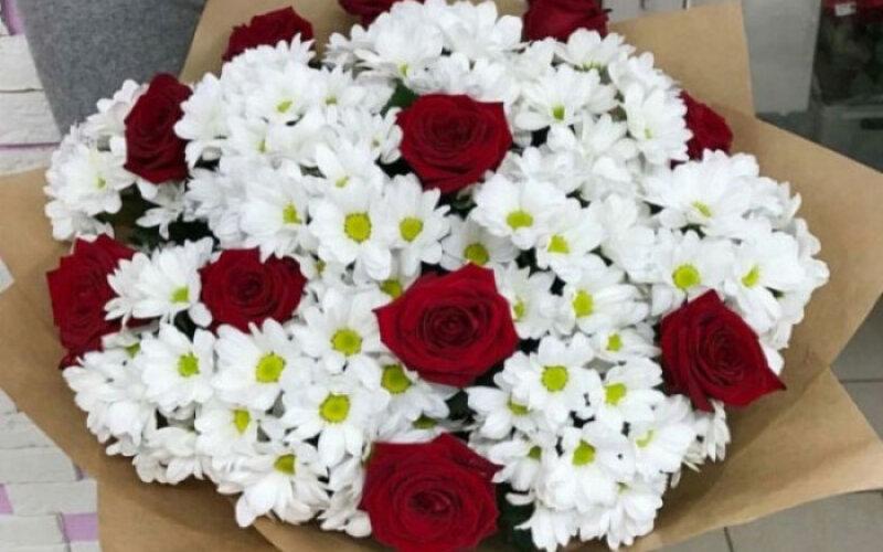 Букет с белыми ромашками и красными розами