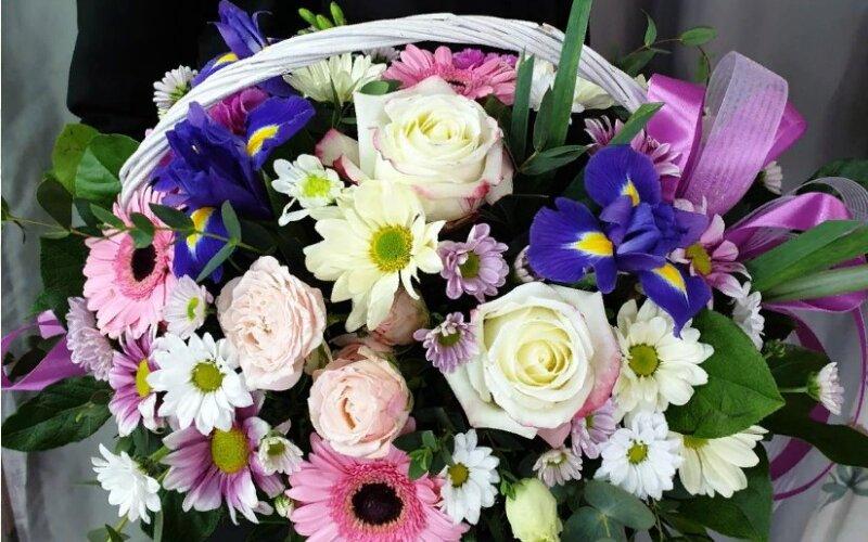 Корзина цветов «Чарующая незнакомка»
