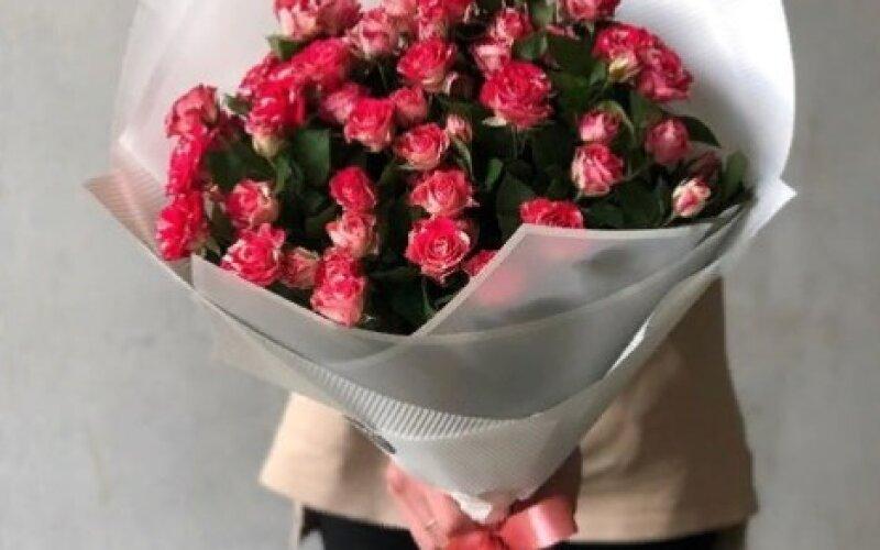 Букет Два-цвета из кустовых роз