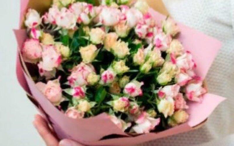 Букет светлых кустовых роз