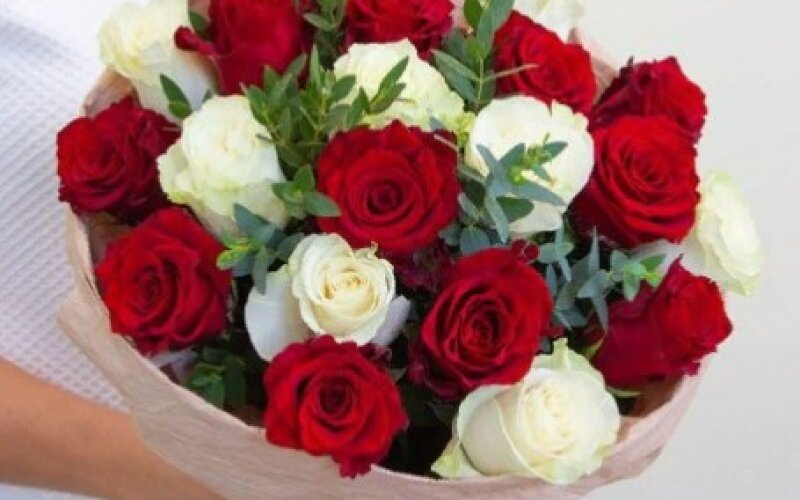 Букет из 21 розы с эвкалиптом