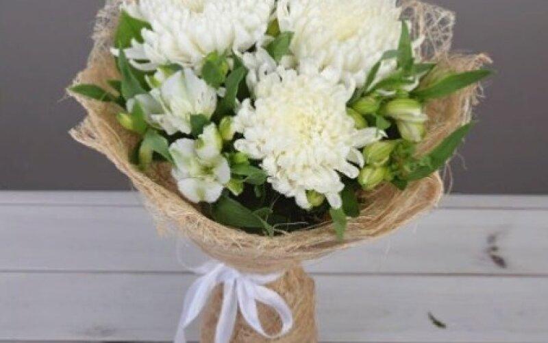 Букет крупных хризантем с альстромерией