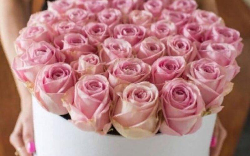 Шляпная коробка из 25 нежных роз
