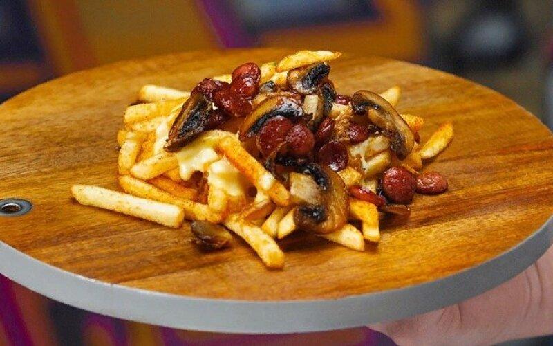 Картофель фри с колбасками и грибами
