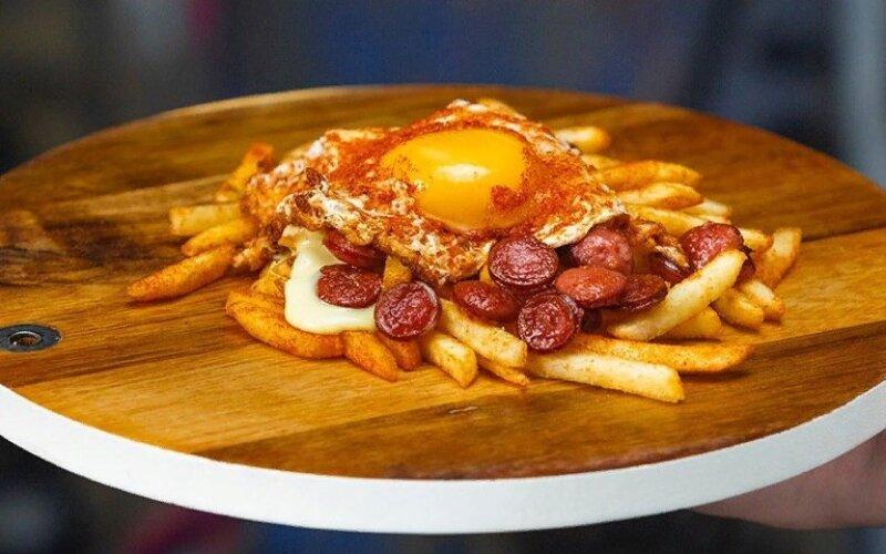 Картофель фри с колбасками и глазуньей