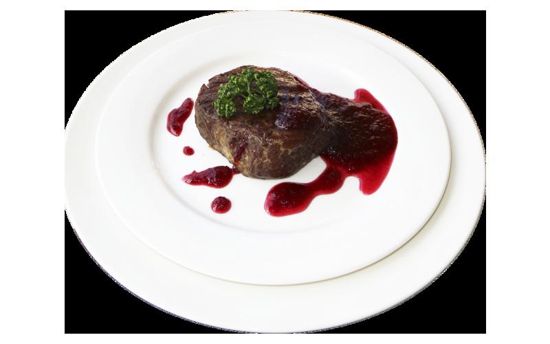 Стейк из говядины с клюквенным соусом