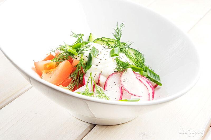 Салат из садовых овощей со сметаной