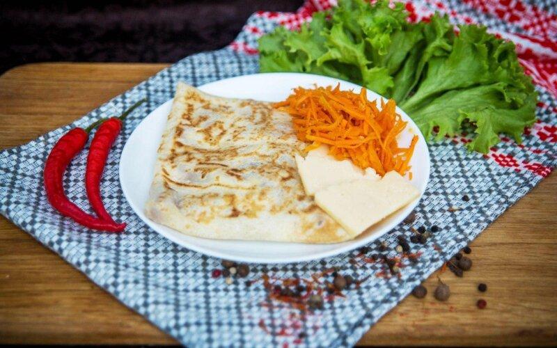 Блинчик с морковью, сыром и майонезом