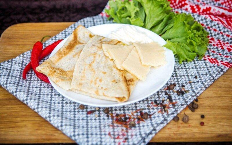 Блинчик с сыром и майонезом