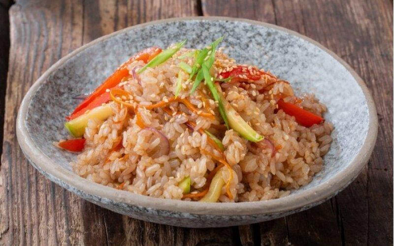 Рис с овощами и курицей с яйцом