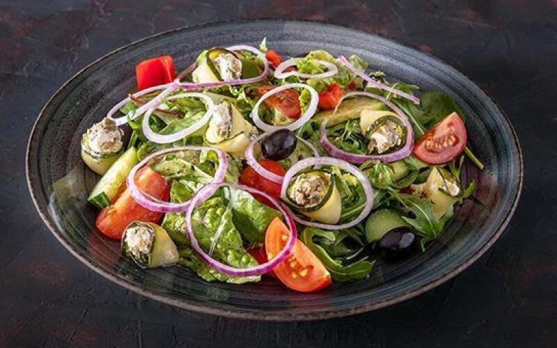 Салат «Греческий» с рулетиками из цукини и сливочного крема