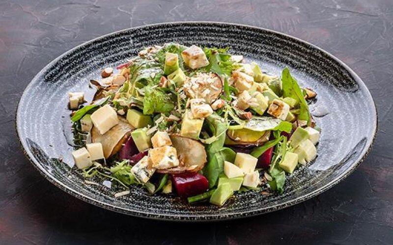 Овощной салат с грушей и сыром «Дорблю»