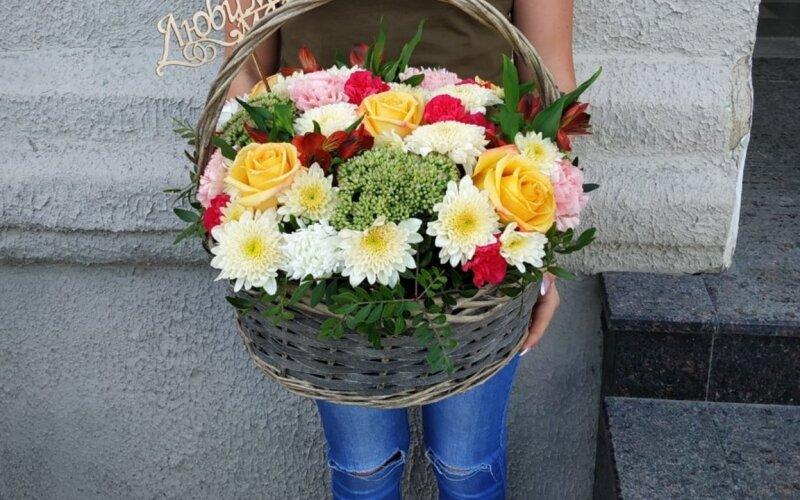 Корзина с цветами «Яркость»